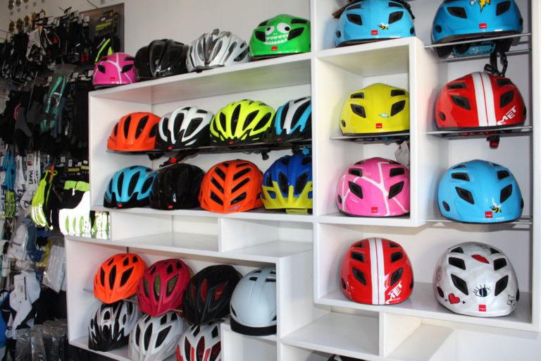 Große Auswahl an Helmen