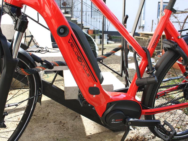 Fahrrad ist mit Tex-lock-Schloss an Eisengeländer befestigt